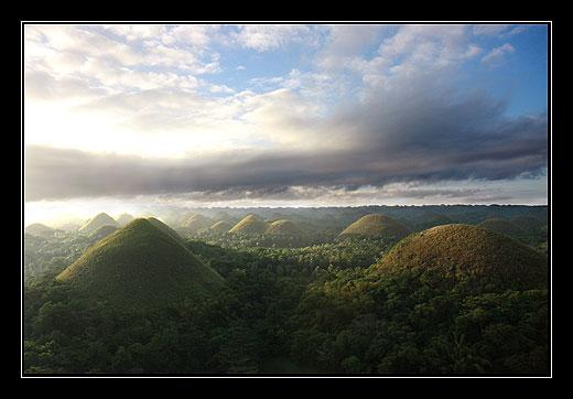 Východ slunce nad Chocolate Hills