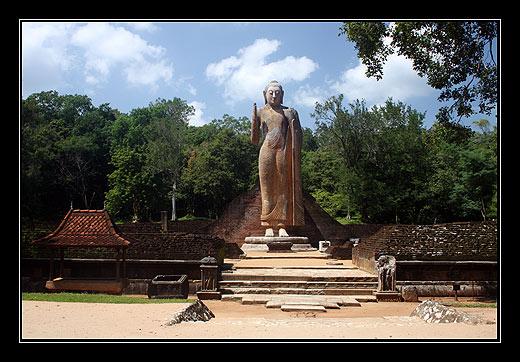 Buddha v Maligawila