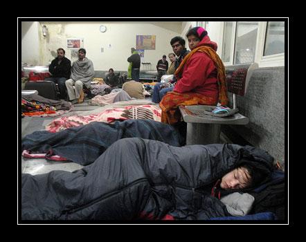 Spanek na nadrazi v Delhi, 3:00 rano.