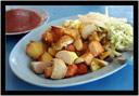 Směs dle výběru. Smažená sépie, vejce, masové kuličky neidentifikovatelného složení, zelenina, pálivá omáčka.