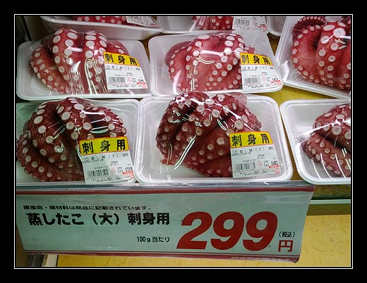 Čerstvé mořské plody v samoobsluze.